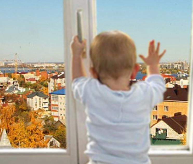 На Минской 2-летний мальчик выпал с 5 этажа