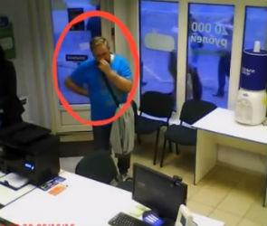 В Воронеже вооруженный преступник под камерами ограбил два салона микрозаймов