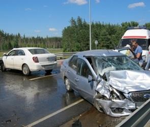 В Воронеже Datsun после ДТП врезался в отбойник: четыре человека пострадали