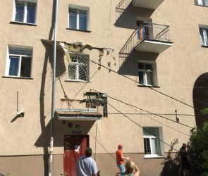 В центре Воронежа дерево упало на машины, провода и домик охраны
