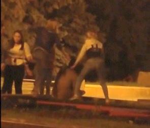 В Сети появилось видео избиения девушками мужчины у памятника Славы