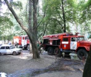 Днем на Хользунова два пожарных расчета тушили загоревшуюся машину