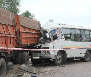 Столкновение КАМАЗа и автобуса могло произойти из-за инсульта водителя ПАЗа