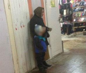 В Воронеже разыскивают «старушку», которая побирается с ребенком в переходе