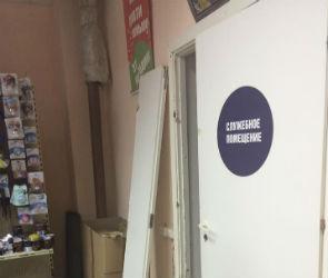 В Воронеже на 2-летнюю девочку упала дверь в магазине: малышка пострадала