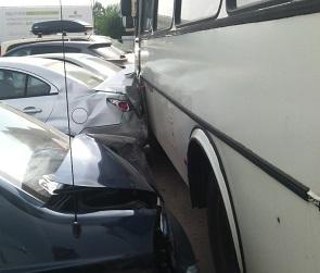 В Воронеже пьяный водитель ПАЗика протаранил 6 машин