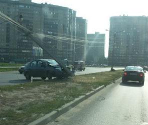В Воронеже автомобилистка снесла столб: пострадали два человека