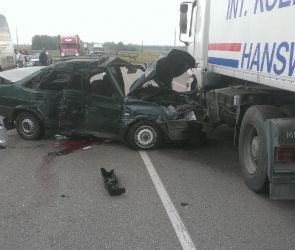 В Воронежской области ВАЗ врезался в автобус и грузовик: погиб один человек