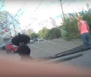 Агрессивная блондинка-автомобилистка скрылась, едва не сбив потерпевшего