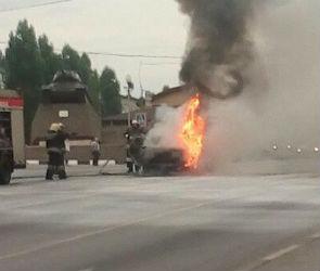 В Воронеже на светофоре рядом с остановкой загорелся ВАЗ