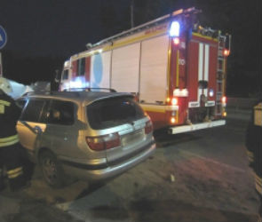 На улице Менделеева в Воронеже перевернулся автомобиль