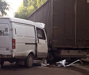 В Воронеже  водитель ГАЗели тяжело пострадал, врезавшись в фуру на обочине