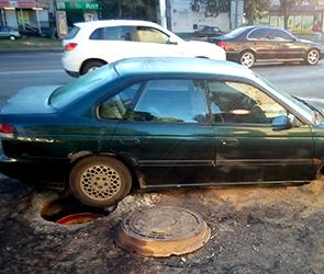 Появились фото ДТП из-за открытого при ремонте дорожного люка в центре Воронежа