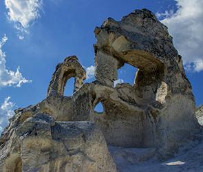 Стало известно об обрушении колокольни древней меловой церкви в Дивногорье