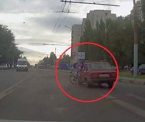 Воронежцы сняли на видео, как полицейский на ВАЗе сбивает велосипедистку