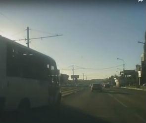 В Воронеже очередное грубое нарушение ПДД водителем маршрутки попало на видео