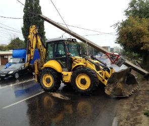На улице Бурденко экскаватор протаранил столб и вызвал транспортный коллапс