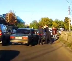 Появилось видео жесткой драки водителей ВАЗ и Мазды после мелкого ДТП в Воронеже