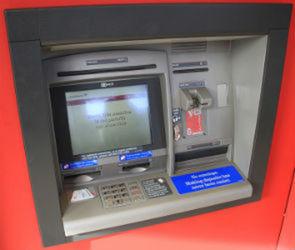 В Воронеже грабитель не успел забрать деньги из раскуроченного ножом банкомата