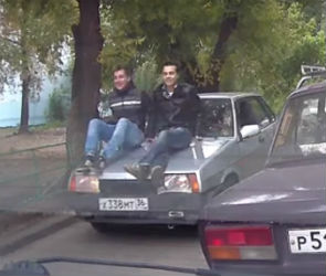 В Воронеже сняли на видео парней, катающихся на капоте машины