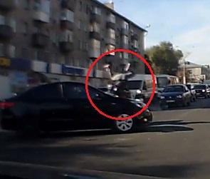 В Сети появилось видео столкновения мотоциклиста с иномаркой в центре Воронежа