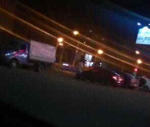 Тележка из супермаркета спровоцировала ДТП на парковке в Воронеже