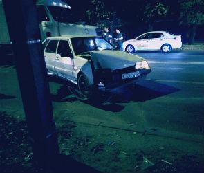 В Воронеже пьяная автоледи врезалась в машину инкассаторов и столб