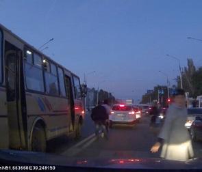 На видео попал наглый водитель ПАЗика, высадивший людей под колеса машин
