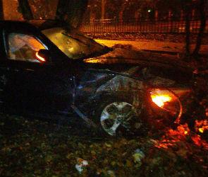 В Воронеже иномарка протаранила забор и врезалась в дом