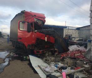 На трассе «Дон» фура протаранила автосервис: один человек погиб, один пострадал