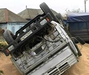 В селе под Воронежем из-за плохой дороги перевернулся грузовик КамАЗ с зерном
