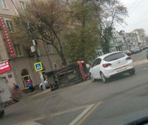 В Воронеже рядом с областной администрацией перевернулась иномарка