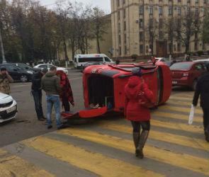 Очевидцы: в перевернувшейся в центре Воронежа иномарке был ребенок