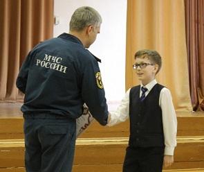 В Воронеже ребенок тушил пожар, пока взрослые стояли в стороне