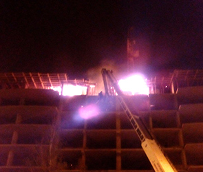 В Воронеже по неизвестным причинам загорелся чердак высотки-новостройки ДСК