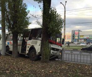 На улице Космонавтов автобус с пассажирами врезался в дерево