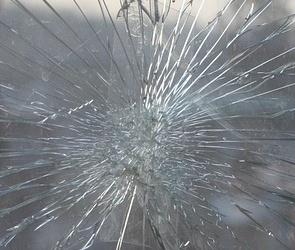 В Воронеже подросток разбил лобовое стекло легковушки, пробежав по ней