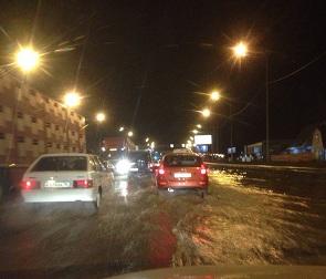 В Воронеже затопило улицу Антонова-Овсеенко