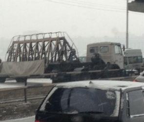 Очевидцы: На Северном мосту развернуло плитовоз, движения нет