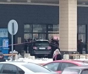 В Воронеже мужчина на «Лексусе» въехал в Центральный рынок