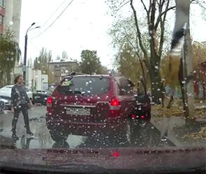 Воронежская автомобилистка на Hyundai развеселила интернет нелепой парковкой