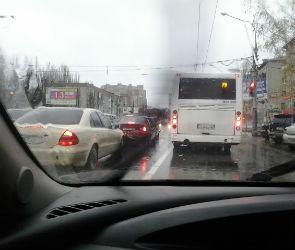 Ливень парализовал движение на воронежских дорогах