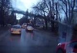 На видео попал момент падения дерева на машины и провода в районе СХИ