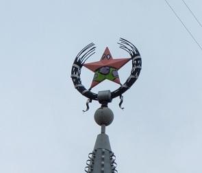 В Воронеже вандалы сделали из звезды на шпиле здания Патрика из «Губки Боба»
