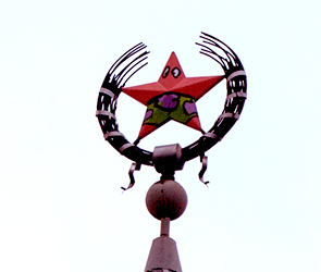 В Воронеже полиция ищет раскрасивших звезду на шпиле вандалов