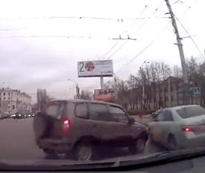 Воронежцы сняли на видео автомобилистку, наказавшую себя за выезд на красный