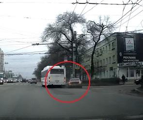 На видео попал момент столкновения автобуса и легковушки на Московском проспекте