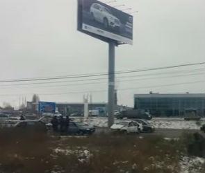 На улице Остужева в Воронеже столкнулись пять машин, одна из них загорелась