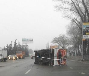 На видео попали последствия аварии с перевернувшимся грузовиком в Воронеже