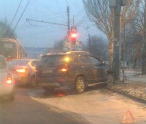 На улице Шишкова внедорожник врезался в столб и спровоцировал гигантскую пробку